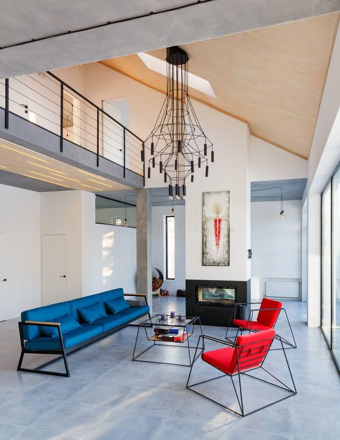 Interno del salone moderno con le grandi finestre panoramiche, abete fotografia stock