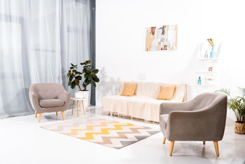 interno del salone moderno con tappeto, il sofà e la pittura fotografia stock
