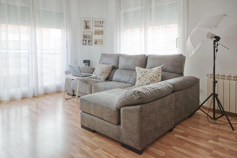 Interno del salone in un piano minimalista moderno Illuminazione di legno del fuoco del parquet e dell'ombrello del pavimento spa fotografie stock libere da diritti