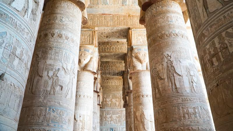 Interno del tempio di Dendera o del tempio di Hathor Egypt Dendera, Denderah, è una cittadina nell'Egitto Complesso del tempio di immagini stock libere da diritti