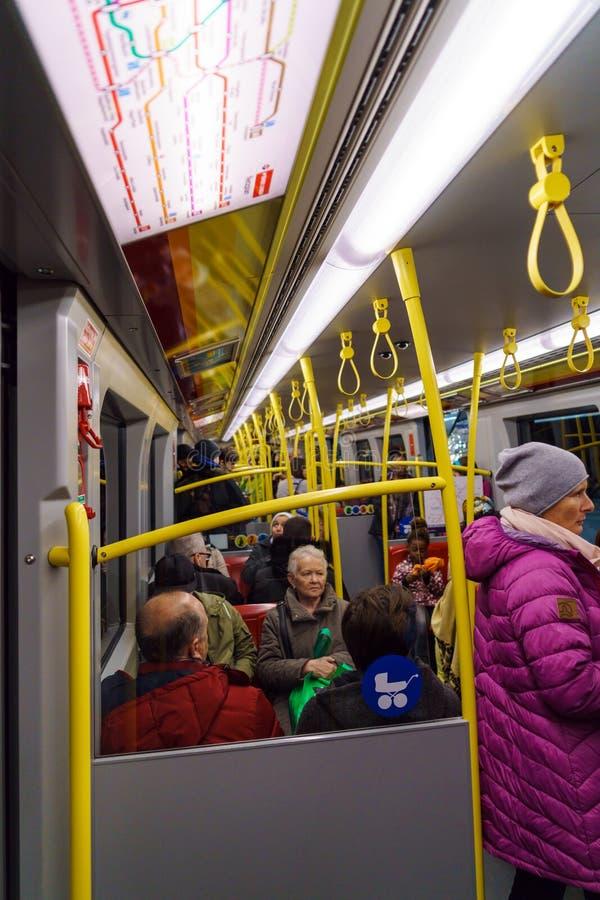 Interno del treno del sistema del sottopassaggio della città, Vienna, Austria immagini stock libere da diritti