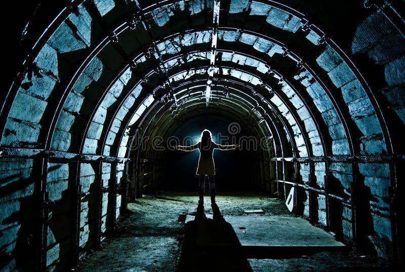Interno del tunnel nella miniera di carbone abbandonata immagine stock