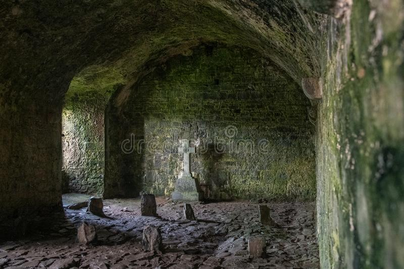 Interno dell'abbazia antica in Irlanda fotografie stock