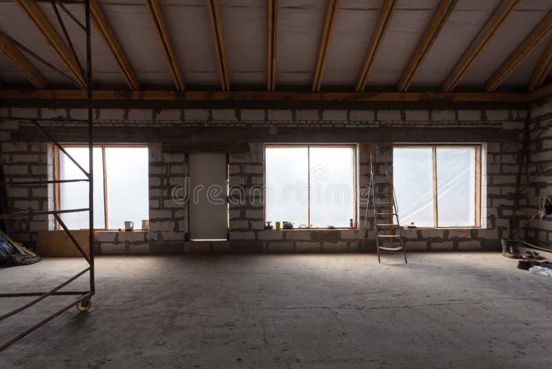 Interno dell'appartamento con la scala durante rinnovamento, il ritocco e la costruzione di sotto preparanti intonacare immagine stock libera da diritti