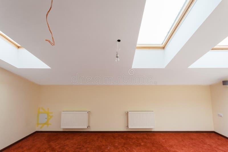 Interno dell'appartamento con la soffitta della mansarda e riscaldamento centrale durante l'aggiornamento o ritoccare, rinnovamen immagine stock