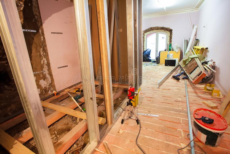 Interno dell'appartamento di aggiornamento con i materiali durante sul ritocco, rinnovamento, estensione, ripristino, ricostruzio fotografie stock libere da diritti