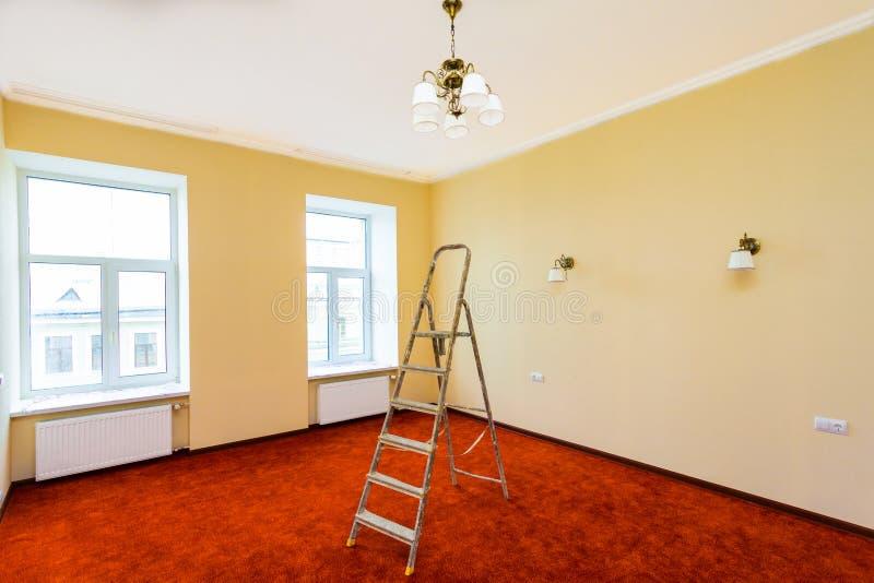 Interno dell'appartamento di aggiornamento con la scala dopo il ritocco, rinnovamento, estensione, ripristino, ricostruzione fotografia stock libera da diritti