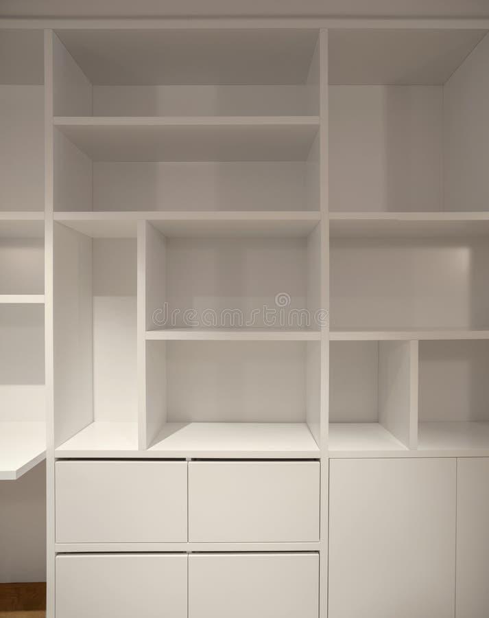 Interno dell'appartamento moderno, dettaglio del gabinetto aperto immagine stock