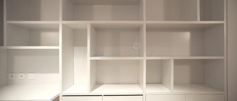 Interno dell'appartamento moderno, dettaglio del gabinetto aperto fotografie stock