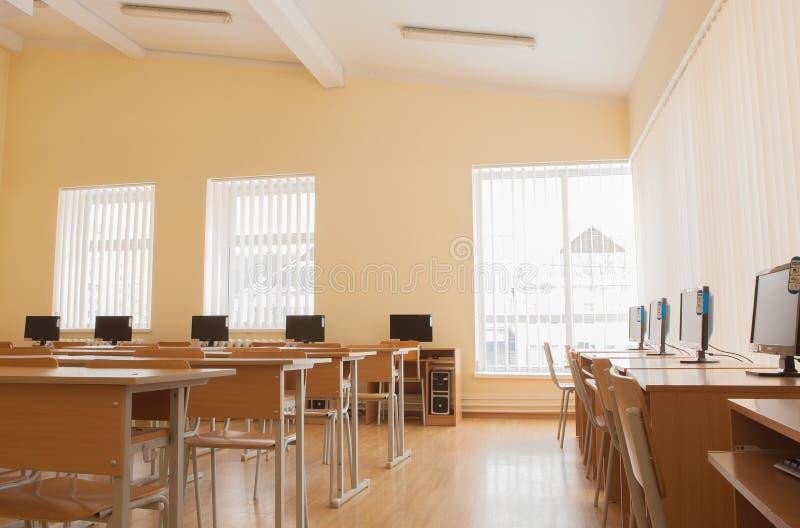 Interno dell'aula con i computer, laboratorio di ricerca su ordinatore immagini stock
