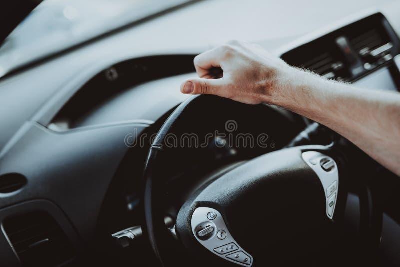 Interno dell'automobile di Tesla Dietro il concetto della ruota fotografia stock