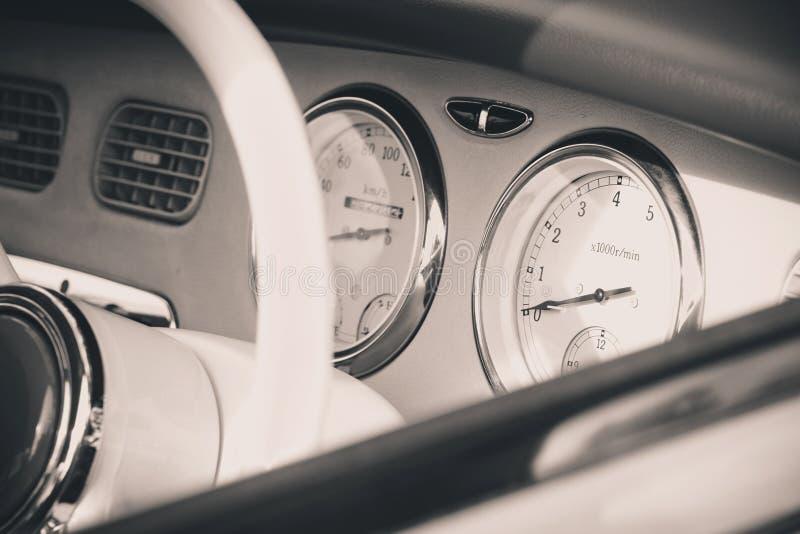 Interno dell'automobile nel retro stile immagini stock libere da diritti