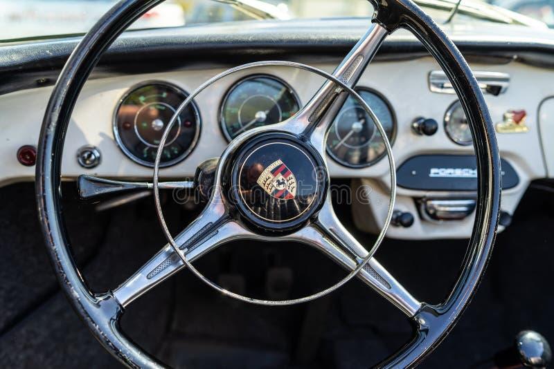 Interno dell'automobile sportiva Porsche 356B immagini stock