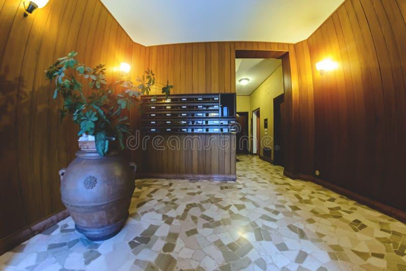 Interno interno dell'entrata di una costruzione multipiana residenziale immagini stock