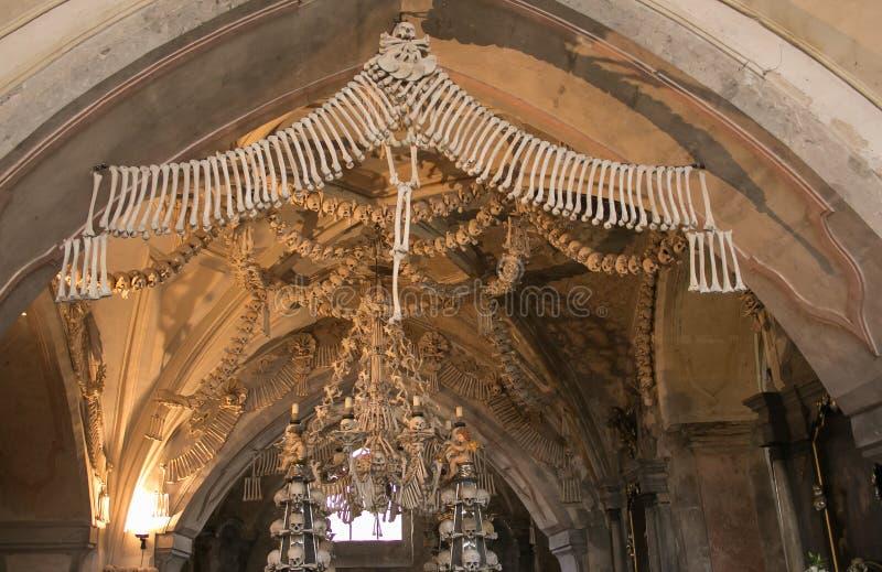 Interno dell'ossario Kostnice di Sedlec decorato con i crani e le ossa, Kutna Hora fotografia stock