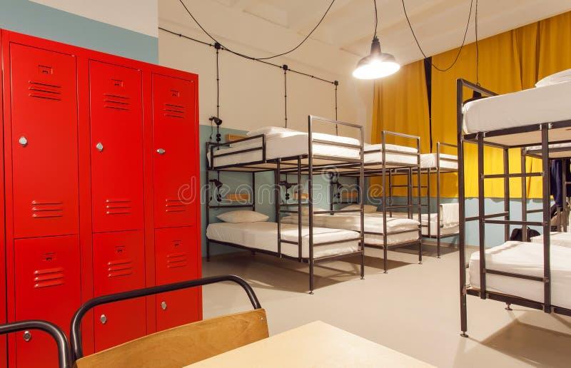 Interno dell'ostello degli studenti con i letti di cuccetta moderni e dell'armadio per le cose personali immagine stock libera da diritti