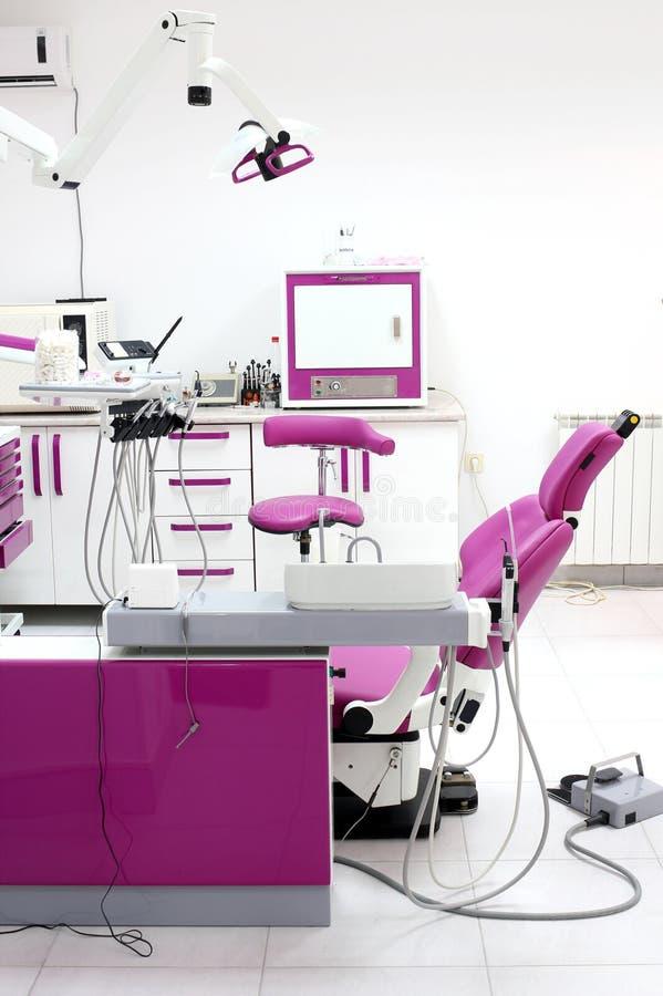 Interno dell'ufficio del dentista con la sedia immagine stock