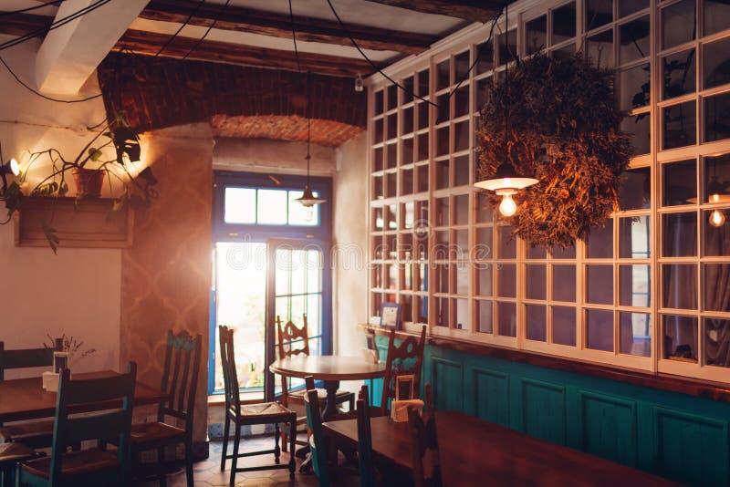 Interno della barra del sottotetto Progettazione d'annata del caffè Retro stile restautant fotografia stock