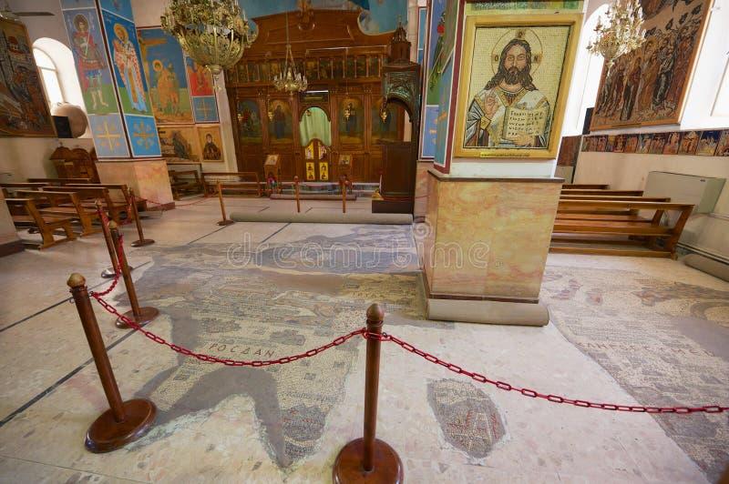 Interno della basilica greco ortodossa di St George con la mappa di mosaico di Terra Santa in Madaba, Giordania immagine stock libera da diritti