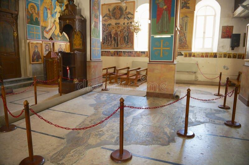Interno della basilica greco ortodossa di St George con la mappa di mosaico di Terra Santa in Madaba, Giordania fotografie stock libere da diritti