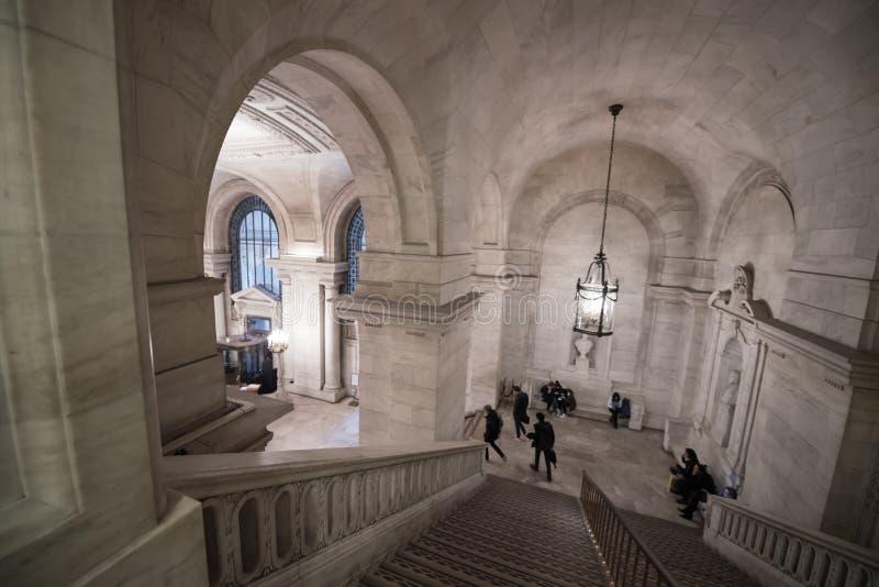 Interno della biblioteca pubblica di New York con la gente immagine stock