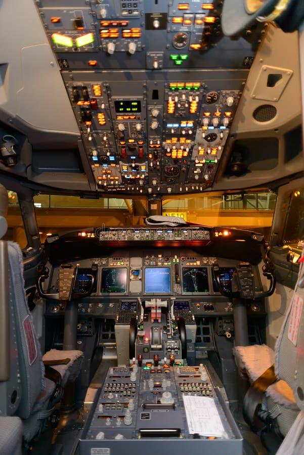interno della cabina di pilotaggio di aerei fotografia