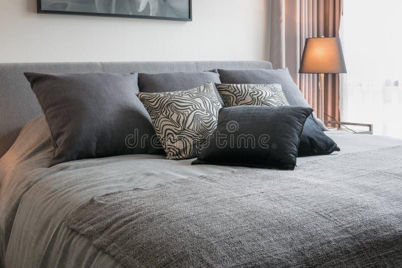 Interno della camera da letto con i cuscini modellati il nero immagine stock libera da diritti