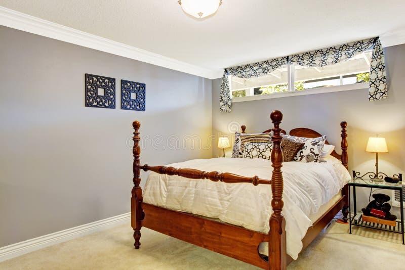 Interno della camera da letto con il vecchio letto rustico fotografia stock