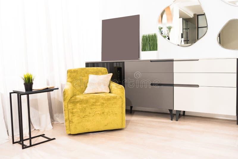 interno della camera da letto con la poltrona gialla fotografia stock