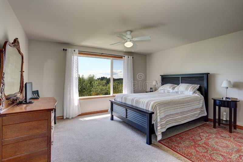 Interno della camera da letto con le pareti beige la - La finestra della camera da letto ...