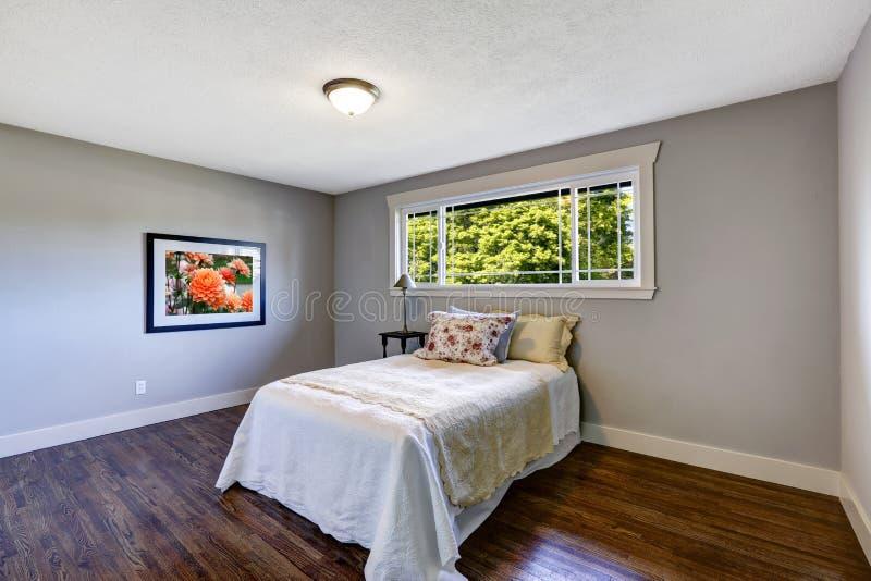 interno della camera da letto con letto singolo e la