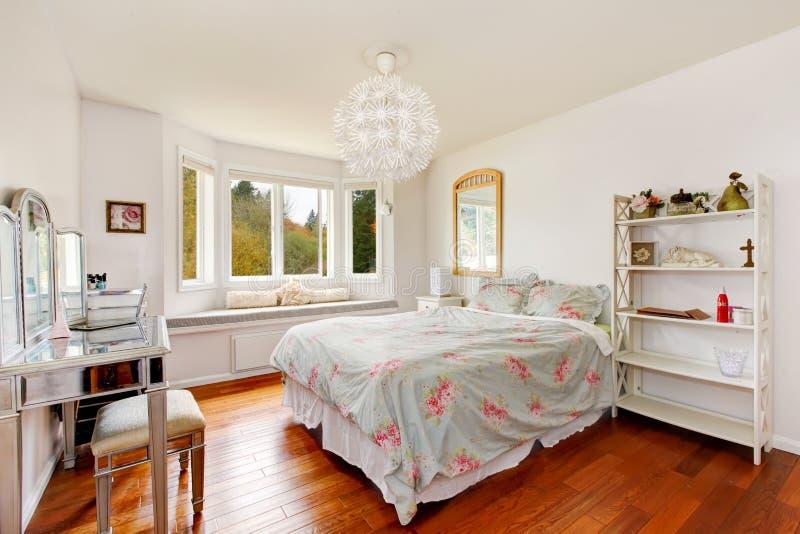 Interno della camera da letto della donna elegante con la tavola di condimento e lo spazio di seduta fotografie stock libere da diritti