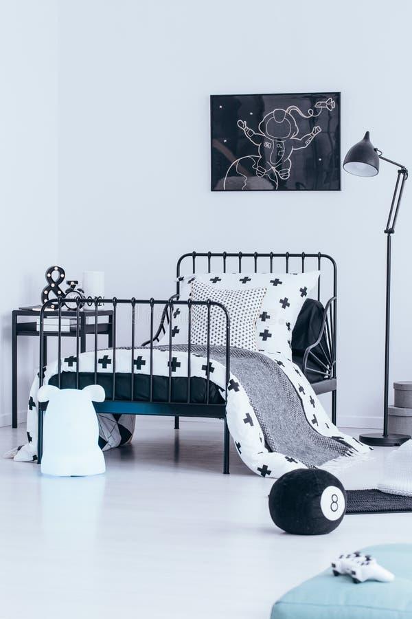 Interno della camera da letto di colore di contrasto immagine stock libera da diritti