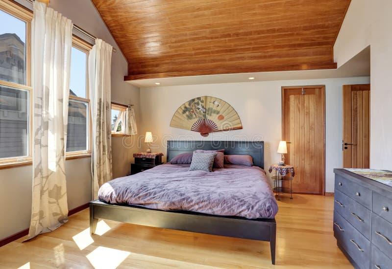 Interno della camera da letto nello stile giapponese con il soffitto di legno immagine stock