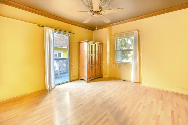 Interno della camera da letto principale vuota nella casa soleggiata luminosa di San Diego immagini stock libere da diritti