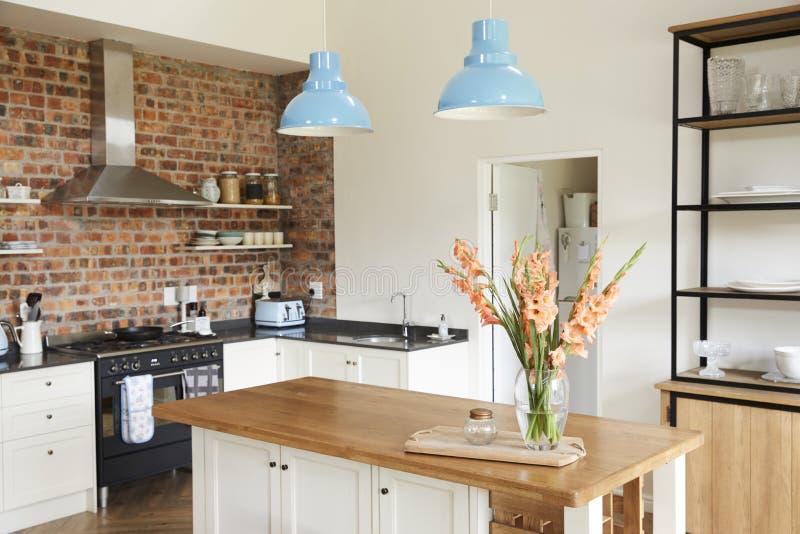 Interno della casa con la cucina aperta di piano, il salotto e l'area pranzante fotografia stock libera da diritti