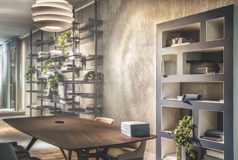 Interno della casa con la tavola e gli shelfs di legno fotografia stock