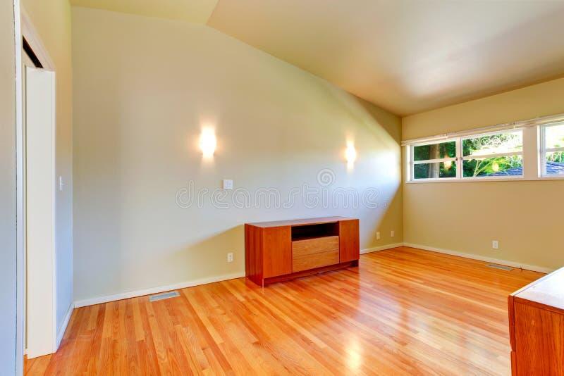 Interno della casa di Emtpy Piccola stanza con il soffitto arcato fotografia stock