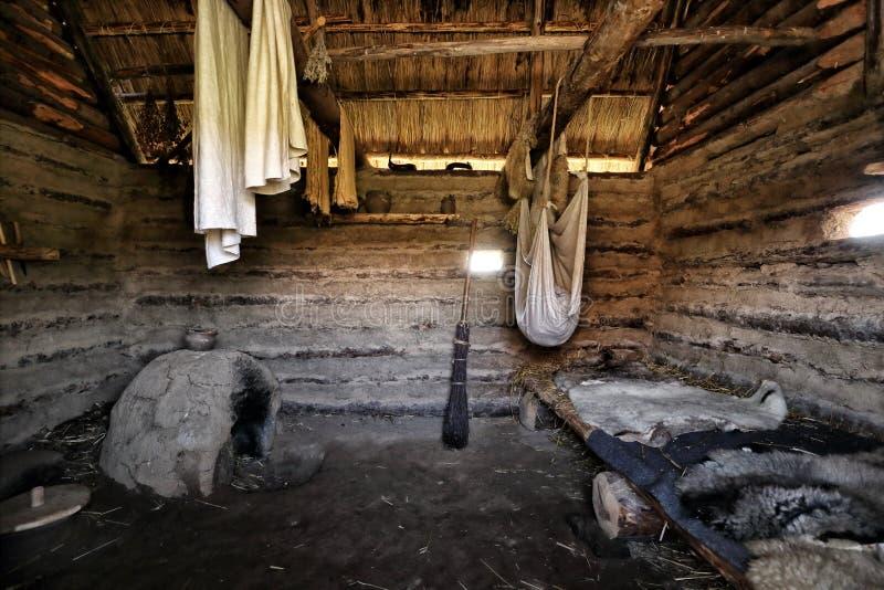 Interno della casa di legno antica fotografia stock for Interno casa antica