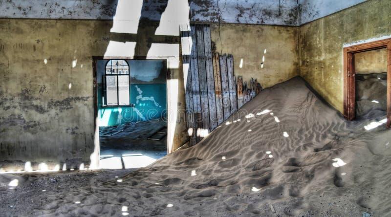Interno della casa rovinata in città fantasma Kolmanskop fotografia stock