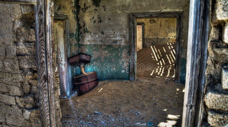 Interno della casa rovinata in città fantasma Kolmanskop Namibia immagine stock libera da diritti