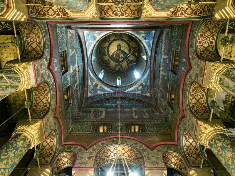 Interno della cattedrale di Curtea de Arges, Romania immagini stock libere da diritti