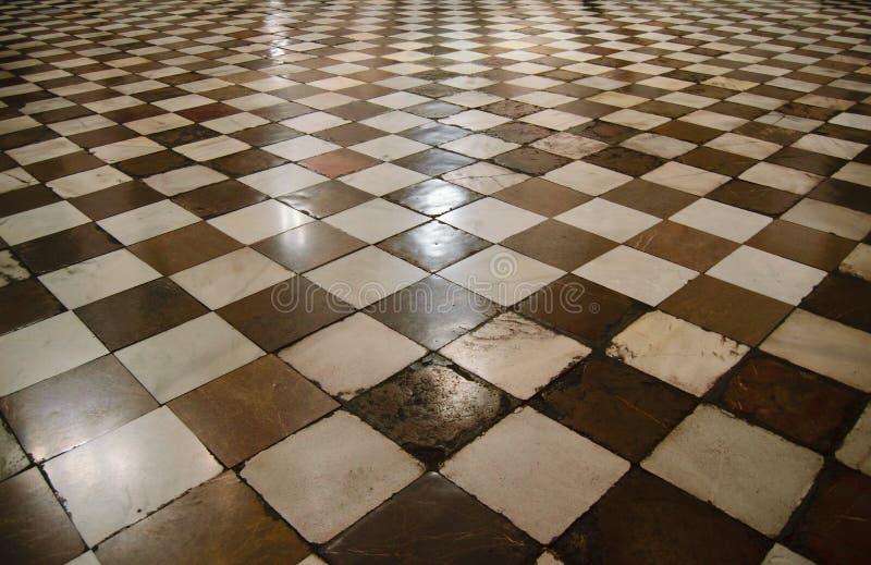 Interno della cattedrale medievale con il pavimento di scacchi fotografia stock libera da diritti