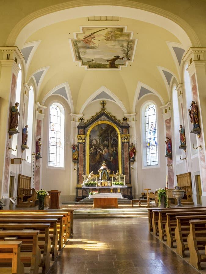 Interno della chiesa di parrocchia di Heilige Drei Koenige in Hittisau, Austria fotografia stock
