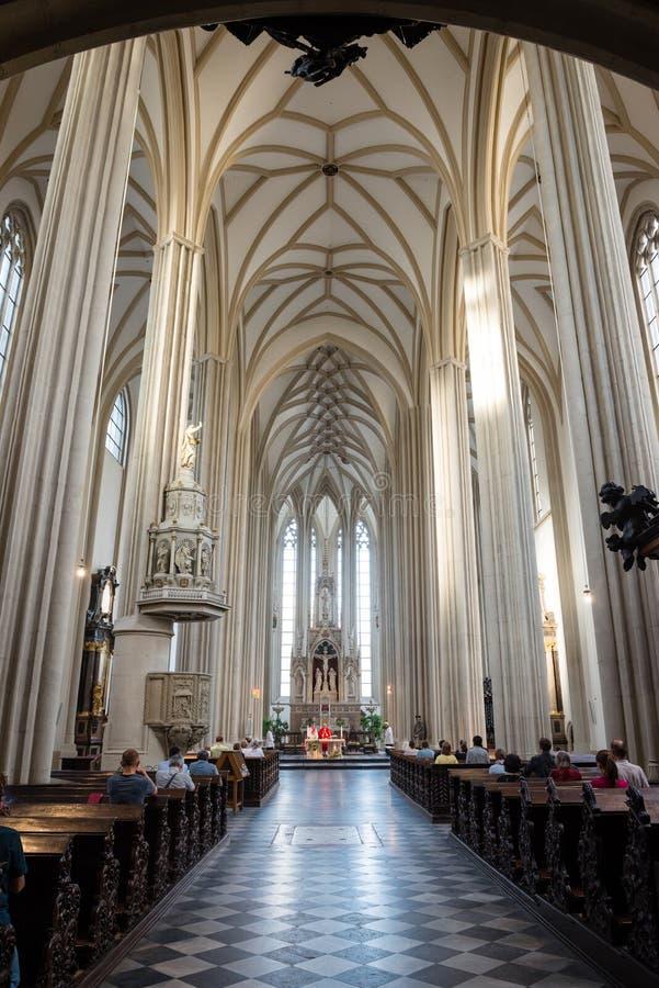 Interno della chiesa di St James, Brno, repubblica Ceca fotografia stock