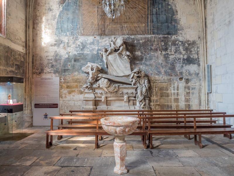 Interno della chiesa di StTrophime, Arles, Francia fotografia stock libera da diritti