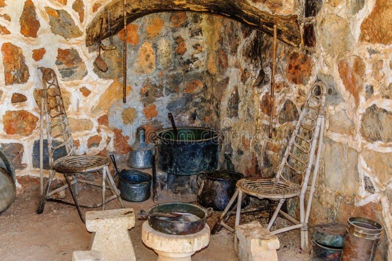 Interno della cucina di homo sapiens in vecchia casa immagini stock