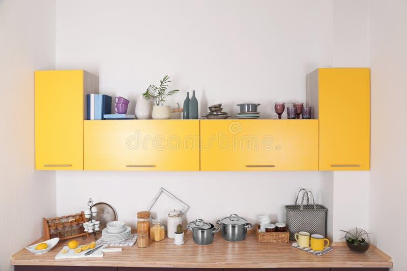 Interno della cucina moderna con mobilia luminosa fotografie stock libere da diritti