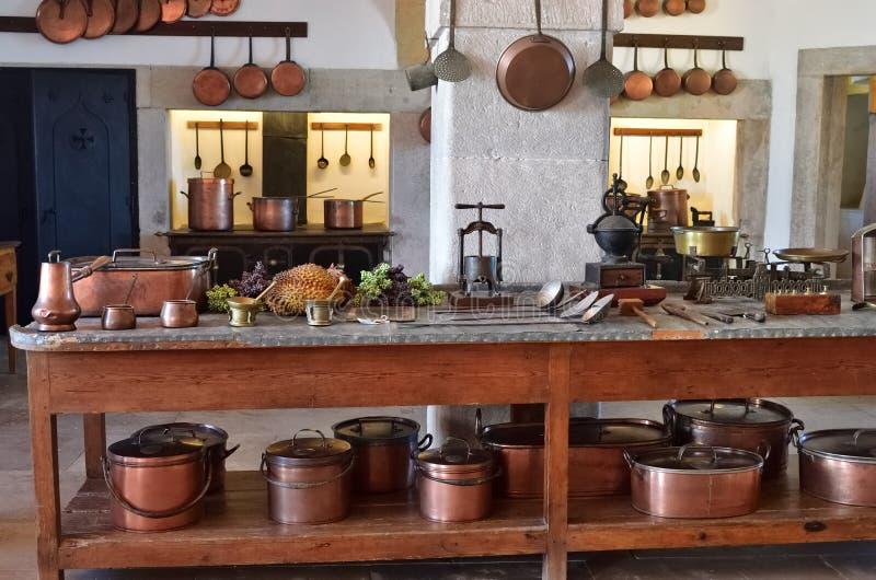 Interno della cucina nel palazzo di Pena in Sintra, Portogallo fotografia stock libera da diritti