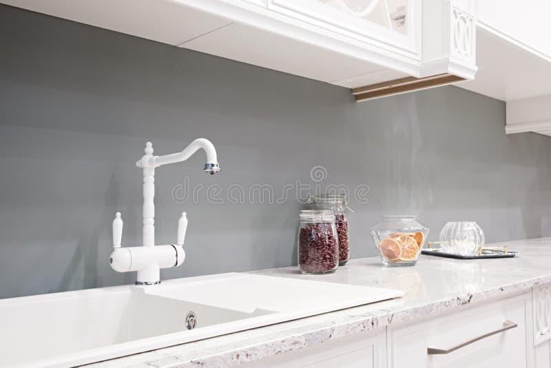 Interno della cucina nella nuova casa di lusso con il tocco di retro Apparecchi moderni immagini stock libere da diritti